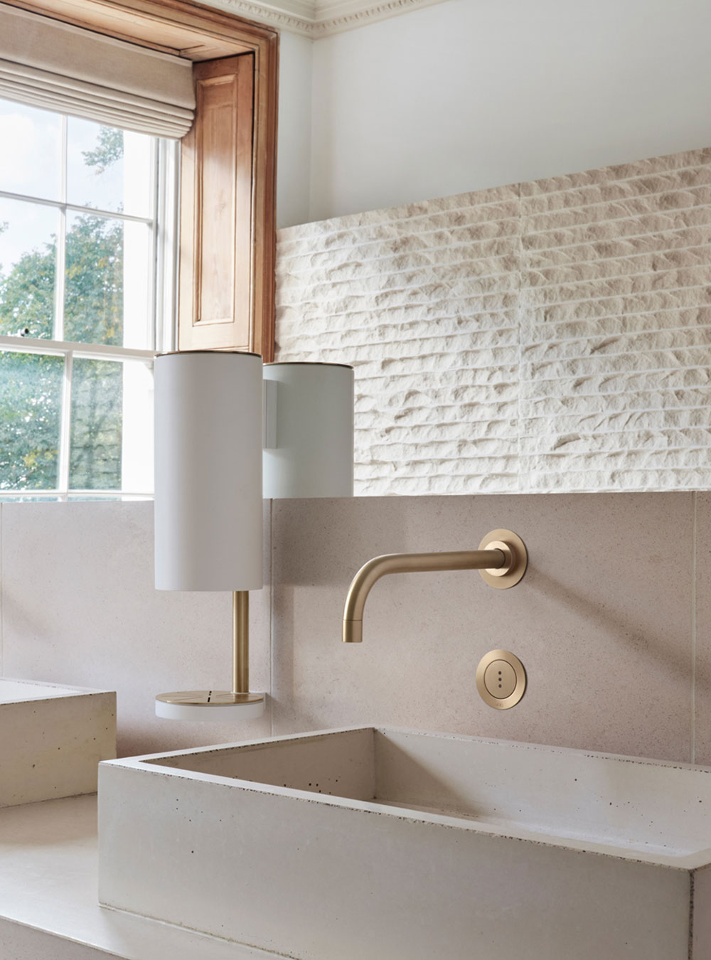 4321: Build-in basin tap with on-off sensor for 'hands free' operation. For vertical mounting. Sensor a...