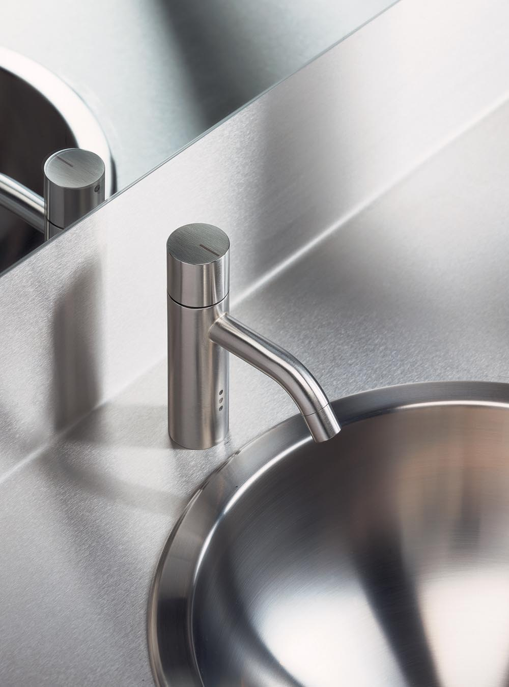 HV1E: Basin mixer with on-off sensor for 'hands free' operation. The temperature control handle is avai...